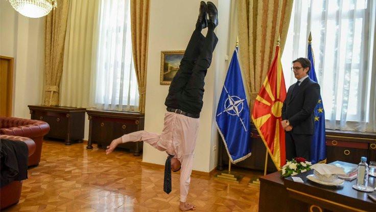 Diplomatik ziyarette amuda kalktı!