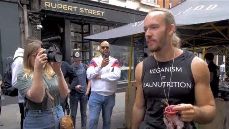Veganların önünde çiğ sincap yiyenlere ceza