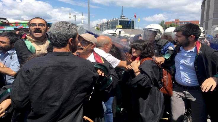 HDP Milletvekili Ahmet Şık darp edildi