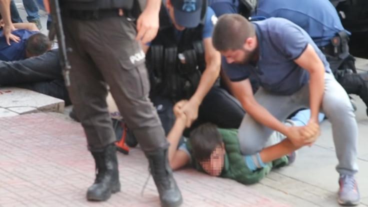 Ankara'daki kayyım protestosunda 12 yaşındaki çocuğa ters kelepçe takıldı