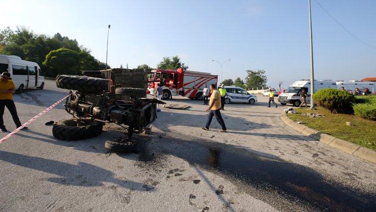 İşçi taşıyan traktör devrildi