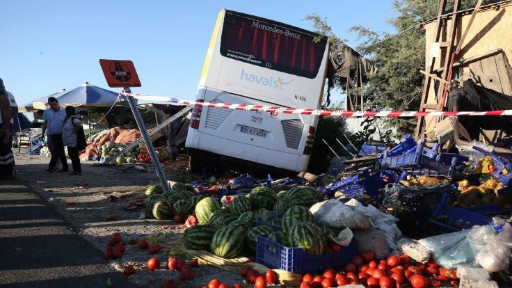 İstanbul'da servis otobüsü devrildi