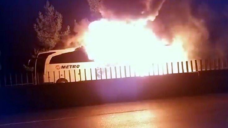 Bir otobüs daha seyir halindeyken alev aldı