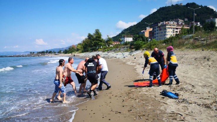 Trabzon'da denize giren iki kardeşten biri boğuldu
