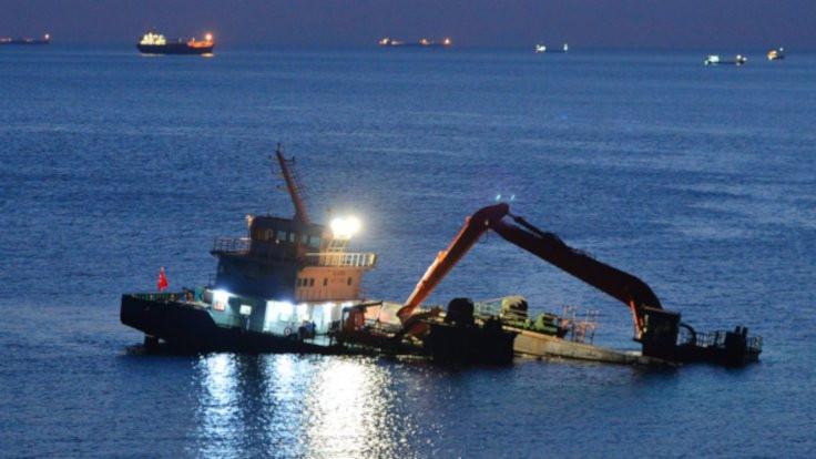 Bozcaada'da bir gemi batıyor