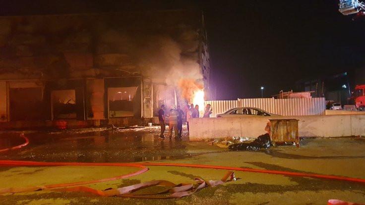 İzmir'de iki fabrika yandı