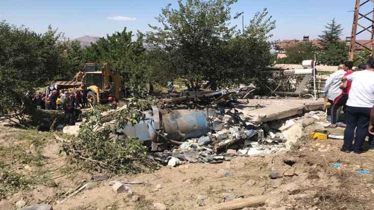 İş makinesi eve daldı, 4 kişi öldü
