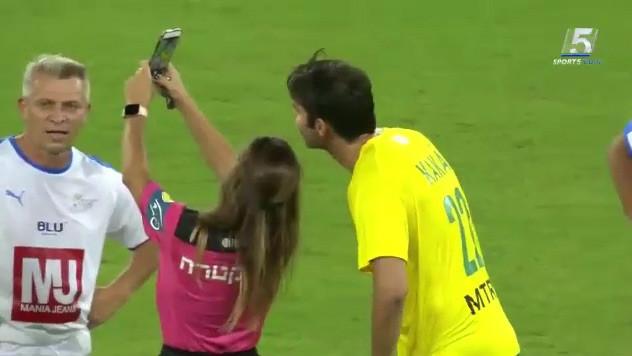 Fotoğraf çektirmek için sarı kart gösterdi
