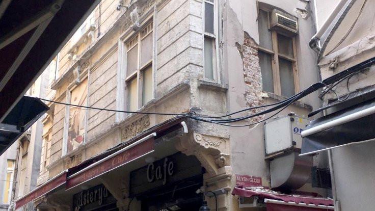 Beyoğlu'nda riskli bina boşaltıldı