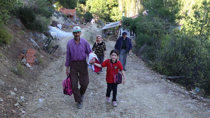 Kızı okula gitsin diye 4 kilometrelik yol açtı