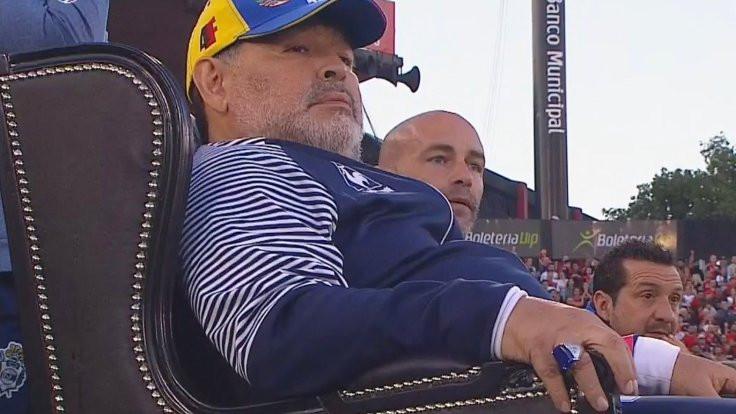Maradona'yı 'tahta' çıkardılar