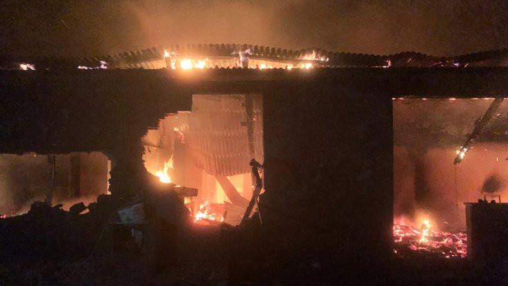Yıldırım düşen ev yandı: 2 ölü