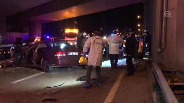 Araç köprü ayağına çarptı