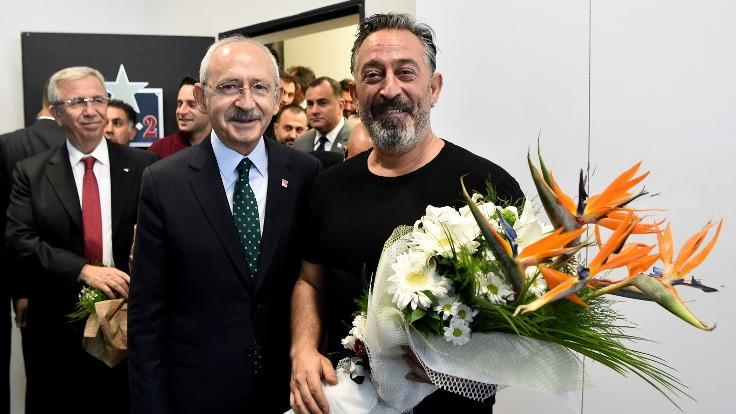 Kemal Kılıçdaroğlu, Cem Yılmaz'ı kuliste ziyaret etti