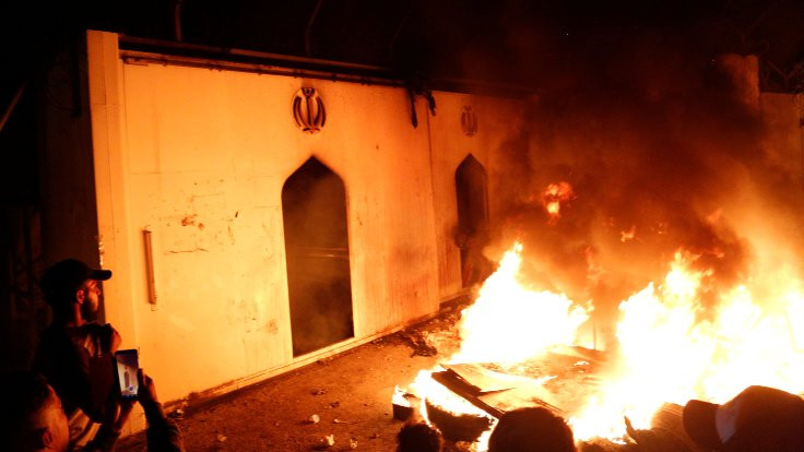 Irak protestoları: İran konsolosluğu ateşe verildi