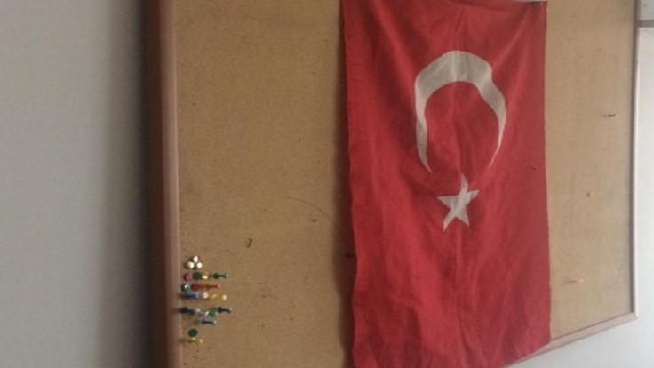 Polis HDP binasındaki panoya bayrak astı