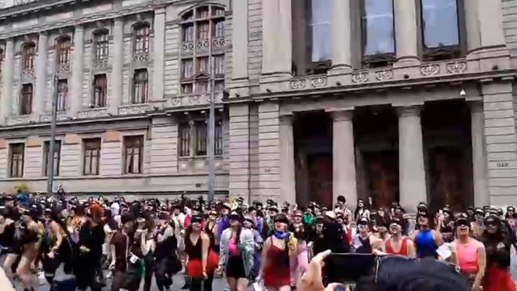 Şilili kadınlar bakanlık önünde: Zanlı sizsiniz