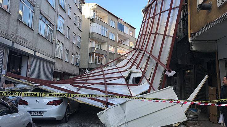 Beyoğlu'nda çatı sokağa uçtu