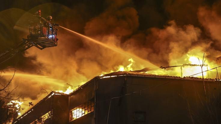 Zeytinburnu'nda iki tekstil fabrikası yandı