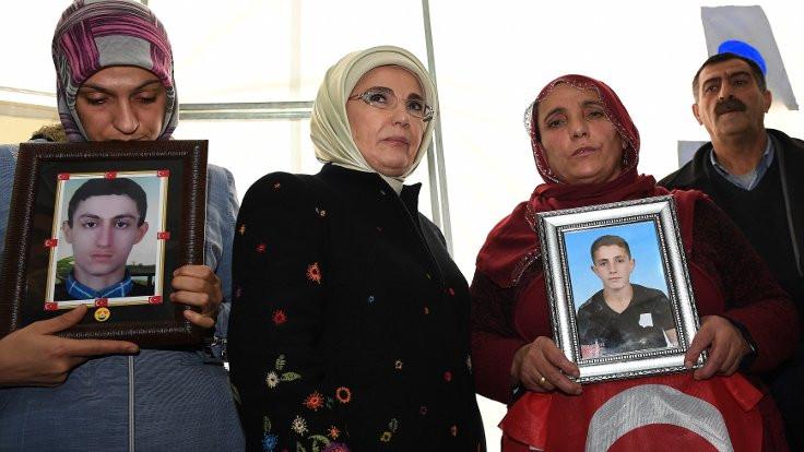 Emine Erdoğan HDP önündeki ailelere gitti