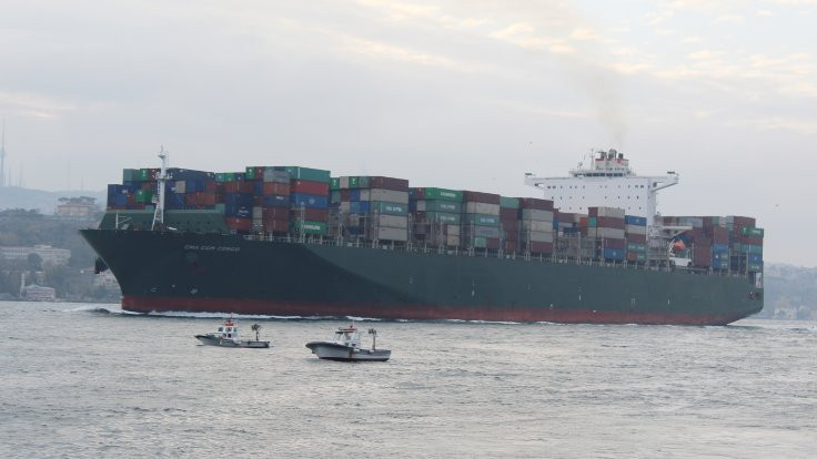 300 metrelik konteyner Boğaz'dan geçti
