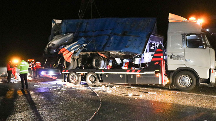 Otobüs tıra çarptı: 2 ölü, 23 yaralı