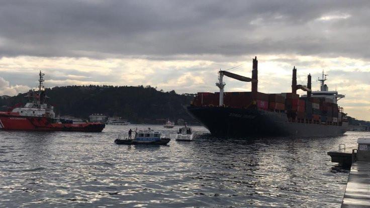 Boğazda karaya oturan gemi kurtarıldı