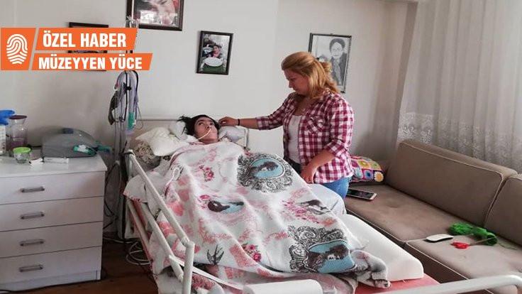 Komadaki kızının uyanmasını 4 yıldır bekliyor