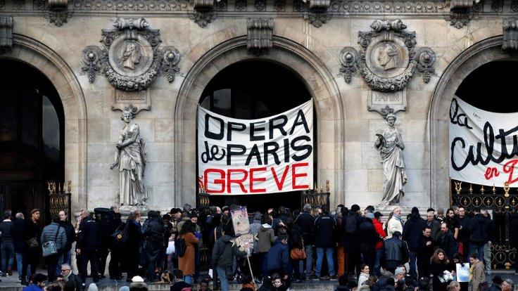 Fransa'da balerinler de greve katıldı