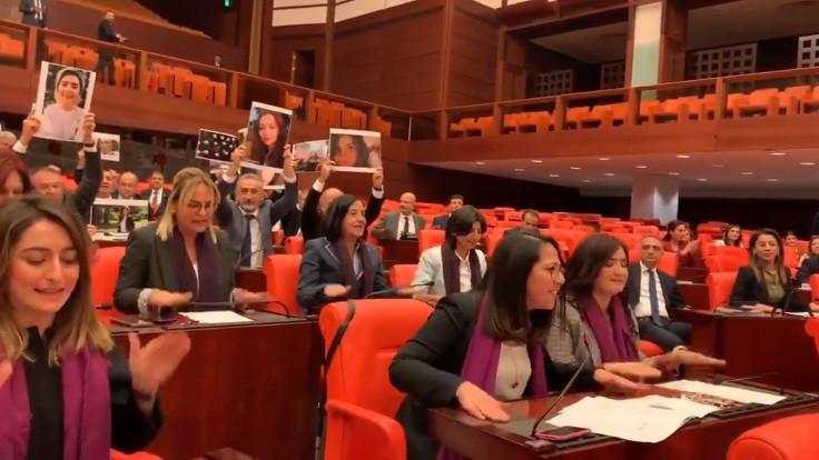 Meclis'te kadın vekillerden Las Tesis eylemi