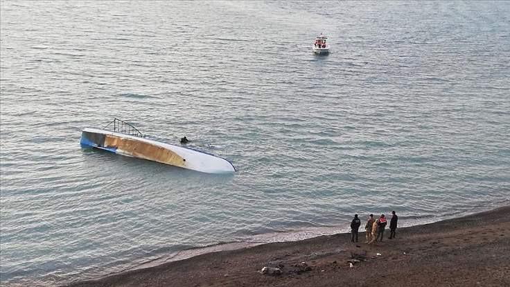 Van Gölü'nde göçmen teknesi battı