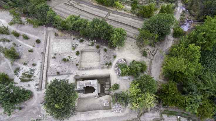 Stadyuma yer ararken antik mezar buldular