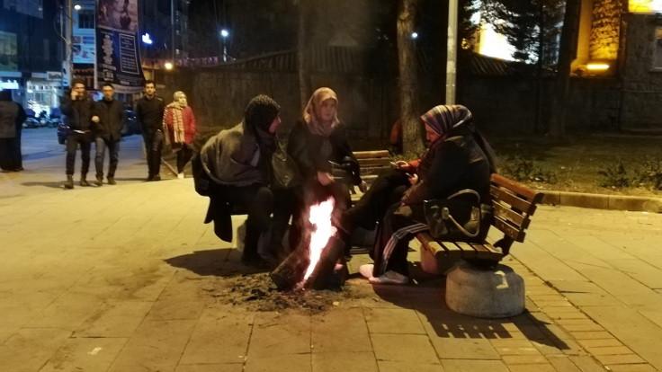 Elazığ'da geceyi sokakta geçirenler ateş yakarak ısındı