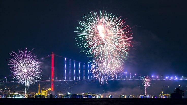 Yeni yıl havai fişek gösterisiyle kutlandı