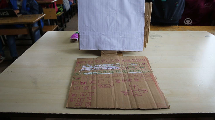 Diyarbakır'da karton bilgisayarla bilişim dersi