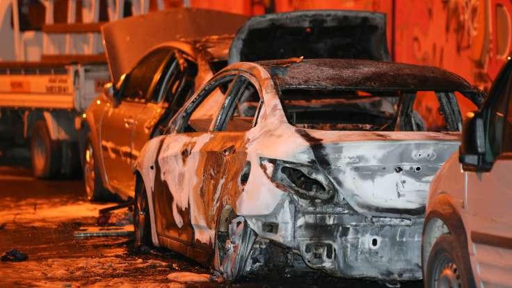 Şişli'de otomobiller kundaklandı