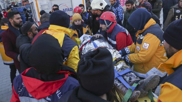 43'üncü kişi kurtuldu, 18 kişi enkaz altında