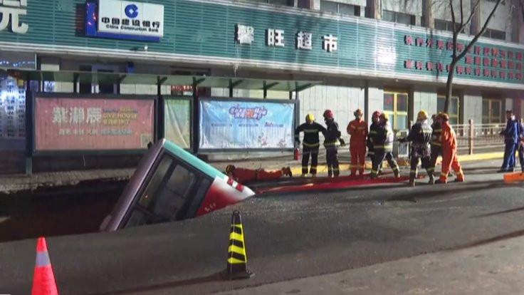 Çin'de otobüs çukura düştü