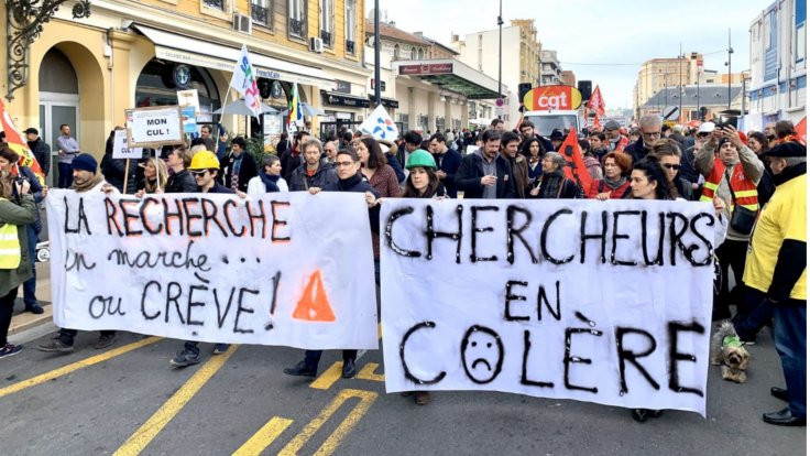 Fransa grevde: Diz çökerek protesto