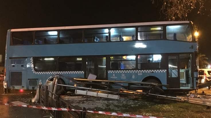 Özel halk otobüsü duraktaki yayalara çarptı