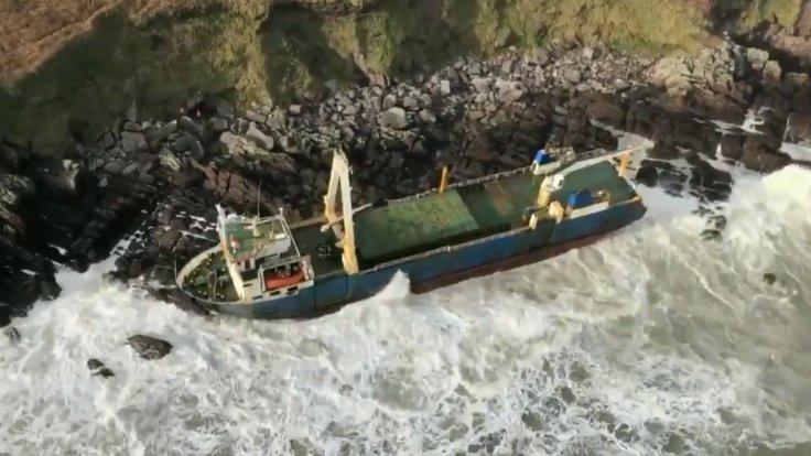 'Hayalet gemi' İrlanda'da kıyıya vurdu