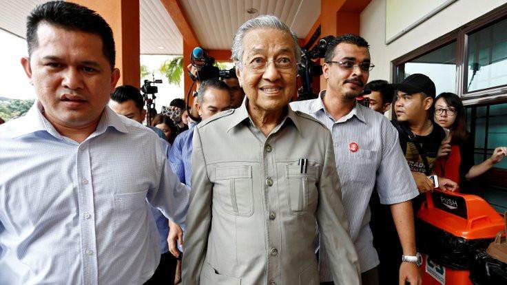 'Dünyanın en yaşlı başbakanı' istifa etti