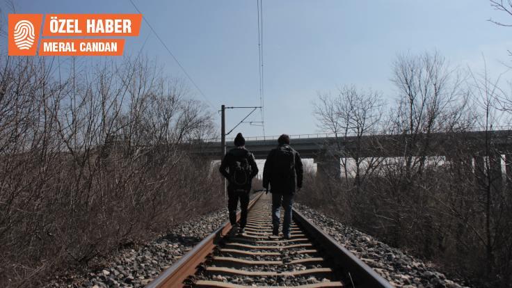 Edirne'de mültecilere polis yol gösteriyor, kaçakçı taşıyor