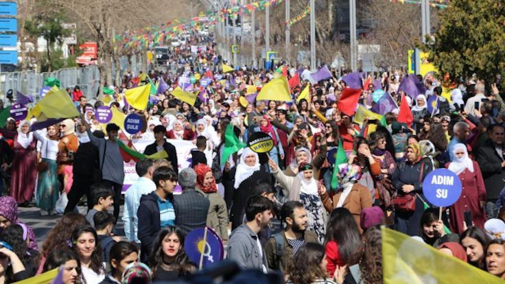 Diyarbakır'da kadınlar 'Jin jîyan azadî' sloganlarıyla alanda