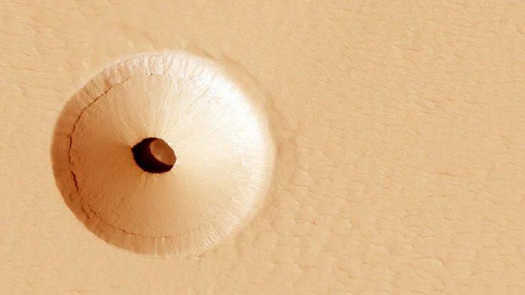 Mars'ta içi boş delik göründü