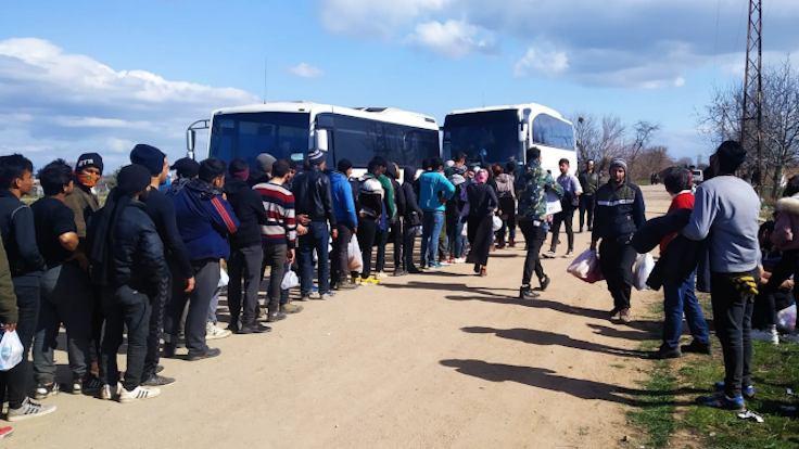 Mülteciler bir öğün yemek için 9 saat kuyrukta bekletiliyor