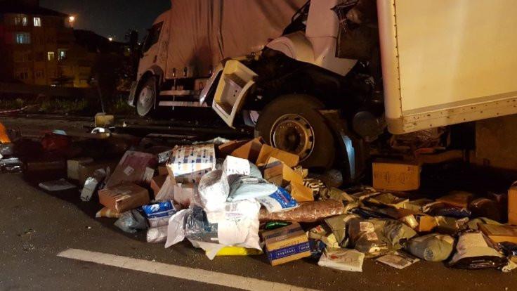 İki kargo kamyonu çarpıştı