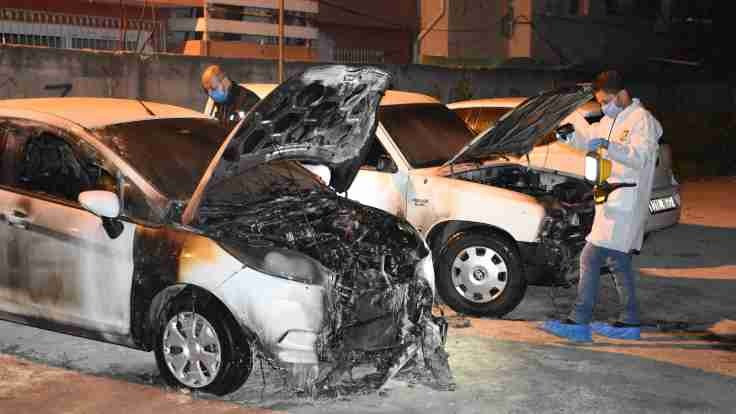Adana'da üç araç kundaklandı