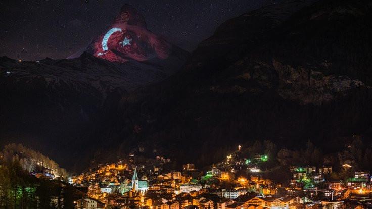 İsviçre Alpleri'ne Türk bayrağı yansıtıldı