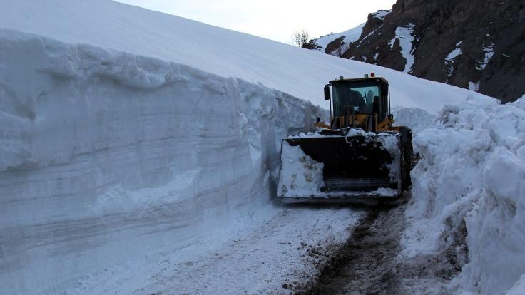 Van'da kışın kar nedeniyle kapanan mezra yolu açıldı